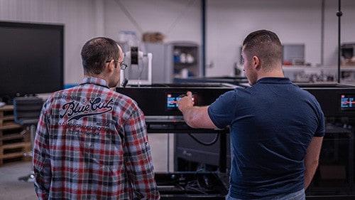 Engenheiros trabalhando na Rapid One - Impressora 3D Industrial dddrop