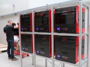 Várias impresoras 3D industriais na fábrica